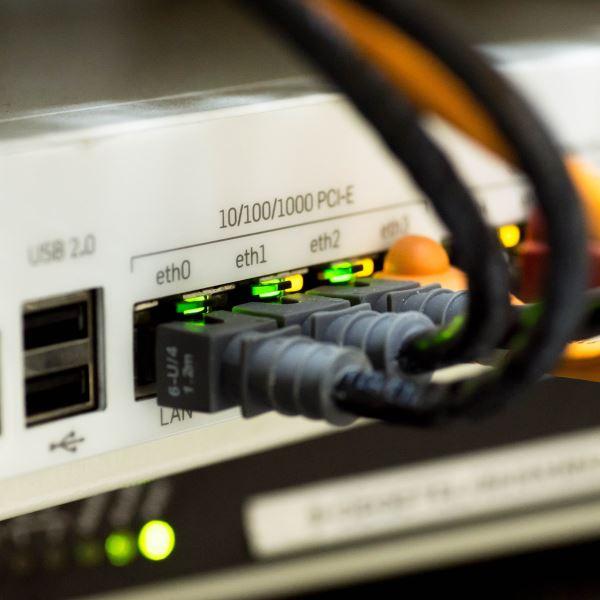 Router mit Kabeln